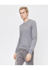 COMME DES GARCONS PLAY - Szary sweter z małym sercem. Typ kołnierza: dekolt w serek. Kolor: szary. Materiał: bawełna, jeans. Styl: klasyczny, elegancki