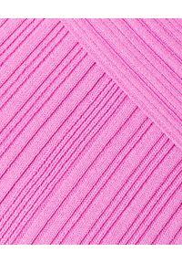 HERVE LEGER - Różowa sukienka mini. Kolor: różowy, wielokolorowy, fioletowy. Materiał: dzianina, prążkowany. Długość rękawa: długi rękaw. Typ sukienki: z odkrytymi ramionami. Styl: klasyczny. Długość: mini