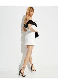 SELF PORTRAIT - Sukienka mini z odkrytymi ramionami. Typ kołnierza: kokarda. Kolor: biały. Typ sukienki: z odkrytymi ramionami. Długość: mini