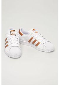 Białe buty sportowe adidas Originals na sznurówki, na średnim obcasie, z cholewką