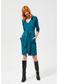 Zielona sukienka MOODO z klasycznym kołnierzykiem, casualowa