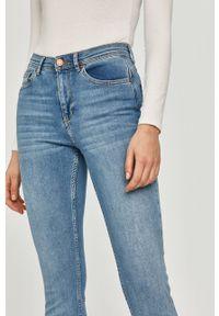 Cross Jeans - Jeansy Judy. Stan: podwyższony. Kolor: niebieski