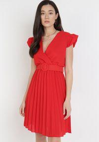 Born2be - Bordowa Sukienka Blot. Typ kołnierza: dekolt kopertowy. Kolor: czerwony. Wzór: aplikacja. Typ sukienki: kopertowe. Styl: wizytowy, retro. Długość: mini