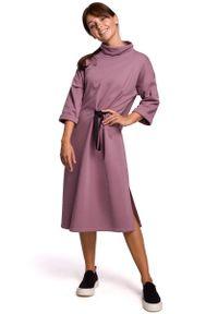MOE - Dzianinowa Sukienka z Wiązaniem w Pasie - Wrzosowa. Kolor: fioletowy. Materiał: dzianina