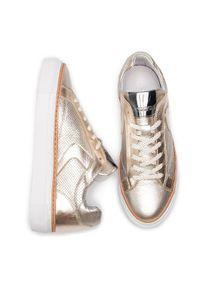 Złote buty sportowe Togoshi