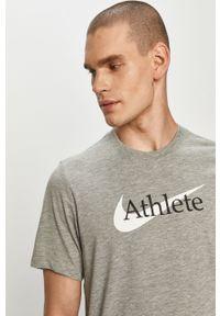 Szary t-shirt Nike z nadrukiem, casualowy, na co dzień
