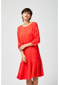 Czerwona sukienka MOODO prosta, z okrągłym kołnierzem, casualowa