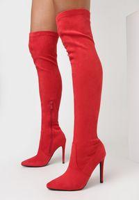 Born2be - Czerwone Kozaki Virtris. Wysokość cholewki: przed kolano. Nosek buta: szpiczasty. Zapięcie: zamek. Kolor: czerwony. Szerokość cholewki: normalna. Wzór: aplikacja