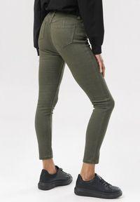 Zielone spodnie skinny Born2be