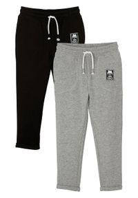 """Spodnie sportowe chłopięce """"BRO"""" (2 pary), bawełna organiczna bonprix czarno-jasnoszary melanż. Kolor: czarny. Materiał: bawełna. Wzór: melanż. Styl: sportowy"""