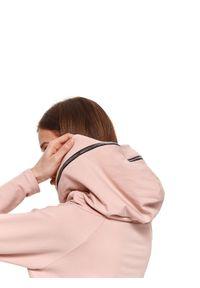 TOP SECRET - Luźna bluza z kapturem. Okazja: na spacer. Typ kołnierza: kaptur. Kolor: różowy. Materiał: tkanina. Długość: długie. Sezon: wiosna