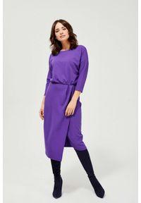 MOODO - Dzianinowa sukienka z okrągłym dekoltem kolor fioletowy. Kolor: fioletowy. Materiał: dzianina