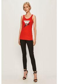 Czerwony top Guess Jeans casualowy, z nadrukiem
