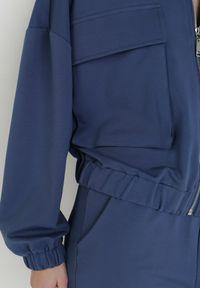 Born2be - Granatowa Bluza Pasikaia. Typ kołnierza: kołnierzyk stójkowy. Kolor: niebieski. Materiał: bawełna, dzianina. Długość rękawa: długi rękaw. Długość: długie
