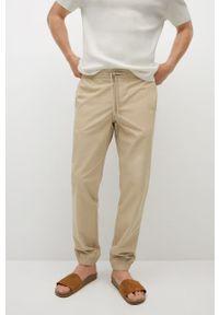 Mango Man - Spodnie Roma. Okazja: na co dzień. Kolor: beżowy. Materiał: tkanina. Wzór: gładki. Styl: casual