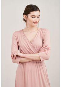 Marie Zélie - Sukienka Rita kwarcowy róż mikromodal. Typ kołnierza: dekolt kopertowy. Kolor: różowy. Materiał: wiskoza, dzianina, elastan, włókno, skóra. Długość rękawa: krótki rękaw. Typ sukienki: proste, kopertowe