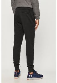 Czarne spodnie dresowe Under Armour z nadrukiem