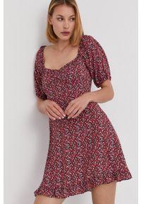 Answear Lab - Sukienka. Kolor: czerwony. Materiał: tkanina. Długość rękawa: krótki rękaw. Typ sukienki: rozkloszowane. Styl: wakacyjny