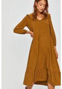 Answear Lab - Sukienka. Kolor: żółty. Materiał: tkanina. Długość rękawa: długi rękaw. Wzór: gładki. Typ sukienki: rozkloszowane. Styl: wakacyjny