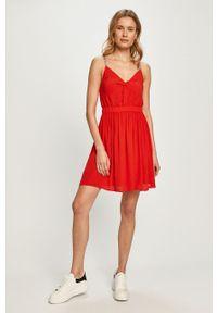 Czerwona sukienka Tommy Jeans na ramiączkach, casualowa