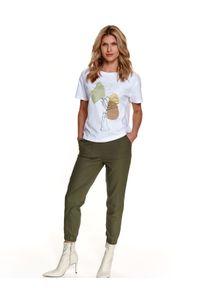TOP SECRET - Luźny t-shirt z nadrukiem. Okazja: na co dzień, na imprezę. Kolor: biały. Materiał: tkanina, bawełna. Długość rękawa: krótki rękaw. Długość: krótkie. Wzór: nadruk. Sezon: wiosna. Styl: casual