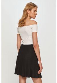 Biała bluzka Calvin Klein Jeans z dekoltem typu hiszpanka, casualowa