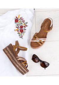 Brązowe sandały SIXTH SENS ze sprzączką, w kolorowe wzory, eleganckie