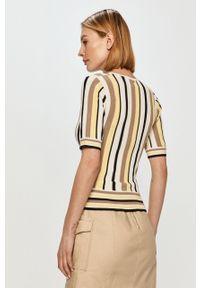 Żółty sweter Silvian Heach krótki, casualowy, z krótkim rękawem
