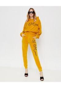 JOANNA MUZYK - Aksamitna bluza z kapturem i logo. Typ kołnierza: kaptur. Kolor: żółty. Materiał: dresówka, bawełna, materiał