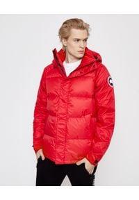 CANADA GOOSE - Pikowana kurtka Approach. Okazja: na spacer. Typ kołnierza: kaptur, polo. Kolor: czerwony. Długość rękawa: długi rękaw. Długość: długie. Wzór: nadruk, aplikacja. Sezon: zima. Styl: sportowy