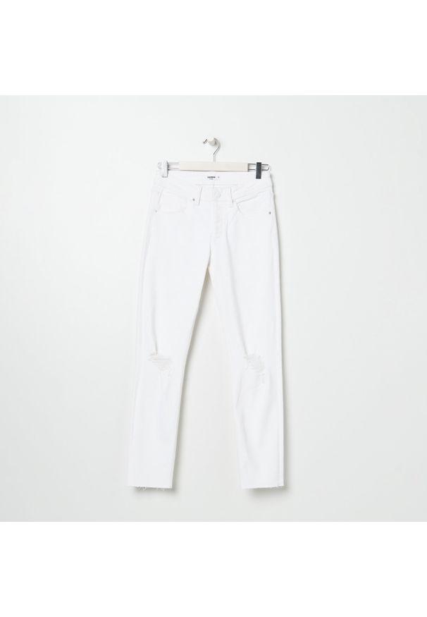 Sinsay - Spodnie jeansowe z przetarciami - Biały. Kolor: biały