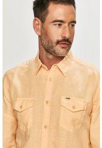 Wrangler - Koszula. Typ kołnierza: kołnierzyk klasyczny. Kolor: pomarańczowy. Materiał: tkanina. Długość rękawa: długi rękaw. Długość: długie. Wzór: gładki. Styl: klasyczny