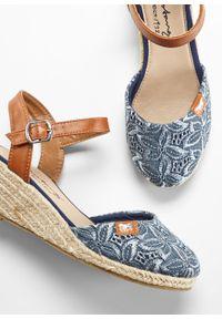 Niebieskie sandały bonprix z paskami, na koturnie, na średnim obcasie