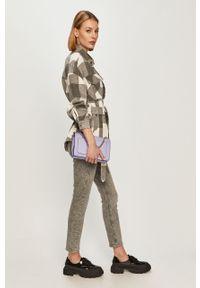 Fioletowa listonoszka Calvin Klein Jeans z nadrukiem, skórzana