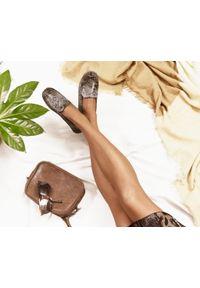 Zapato - mokasyny - skóra naturalna - model 001 - kolor wąż. Zapięcie: bez zapięcia. Materiał: skóra. Wzór: kwiaty, kolorowy. Sezon: lato, wiosna. Obcas: na obcasie. Styl: klasyczny. Wysokość obcasa: niski
