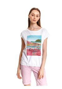 TOP SECRET - T-shirt damski z kolorowym nadrukiem we flamingi. Kolor: biały. Materiał: tkanina, bawełna. Długość rękawa: krótki rękaw. Długość: krótkie. Wzór: nadruk, kolorowy. Sezon: lato. Styl: wakacyjny
