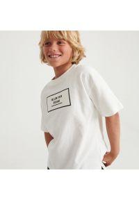 Reserved - Bawełniany t-shirt z naszywką - Kremowy. Kolor: kremowy. Materiał: bawełna. Wzór: aplikacja