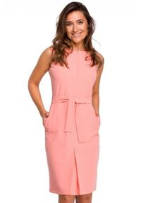 Style - Dopasowana klasyczna sukienka z dużymi kieszeniami. Okazja: do pracy. Materiał: tkanina, elastan. Styl: klasyczny