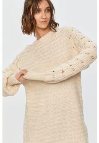 Answear Lab - Sweter. Kolor: beżowy. Długość rękawa: długi rękaw. Długość: długie. Wzór: ze splotem. Styl: wakacyjny