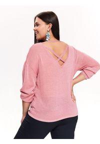 Różowy sweter TOP SECRET długi, elegancki, w kolorowe wzory, z dekoltem w łódkę