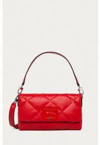 Guess - Torebka. Kolor: czerwony. Materiał: pikowane. Rodzaj torebki: na ramię