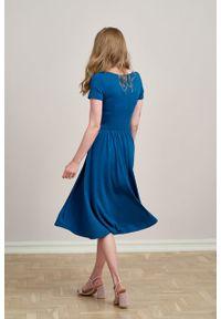 Marie Zélie - Sukienka Emelina turkus marokański mikromodal krótki rękaw. Materiał: wiskoza, dzianina, elastan, włókno, skóra, guma. Długość rękawa: krótki rękaw. Styl: klasyczny. Długość: midi