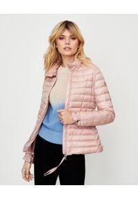 MONCLER - Różowa kurtka puchowa Safre. Kolor: różowy, fioletowy, wielokolorowy. Materiał: puch. Długość rękawa: długi rękaw. Długość: długie. Wzór: aplikacja. Sezon: wiosna. Styl: elegancki