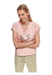 TOP SECRET - T-shirt damski z krótkim rękawkiem i kwiatowym nadrukiem. Typ kołnierza: dekolt w kształcie V. Kolor: różowy. Materiał: tkanina, bawełna. Długość rękawa: krótki rękaw. Długość: krótkie. Wzór: nadruk, kwiaty. Sezon: lato. Styl: wakacyjny