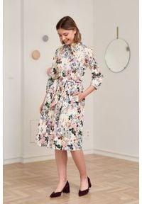 Marie Zélie - Sukienka Aglaia Aurea kremowa. Typ kołnierza: kołnierzyk stójkowy. Kolor: kremowy. Materiał: bawełna, tkanina, materiał, elastan. Wzór: ze splotem