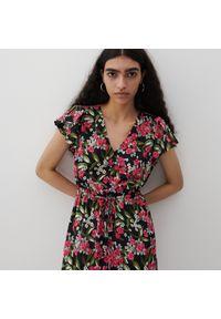 Reserved - Sukienka z falbanami na ramionach - Wielobarwny