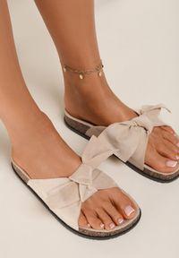 Renee - Beżowe Klapki Aglalacia. Nosek buta: otwarty. Kolor: beżowy. Materiał: materiał. Wzór: kwiaty, aplikacja. Sezon: lato