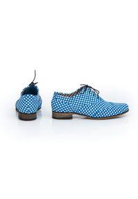 Zapato - sznurowane jazzówki z motywem szachownicy - skóra naturalna - model 246 - kolor niebieska szachownica. Okazja: do pracy, na co dzień, na spotkanie biznesowe. Kolor: niebieski. Materiał: skóra. Szerokość cholewki: normalna. Wzór: motyw zwierzęcy, kwiaty, kolorowy. Obcas: na obcasie. Styl: elegancki, casual, klasyczny, boho, biznesowy. Wysokość obcasa: niski