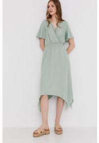 Miętowa sukienka Answear Lab z haftami, midi