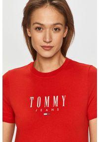 Czerwona sukienka Tommy Jeans prosta, z nadrukiem, casualowa, mini